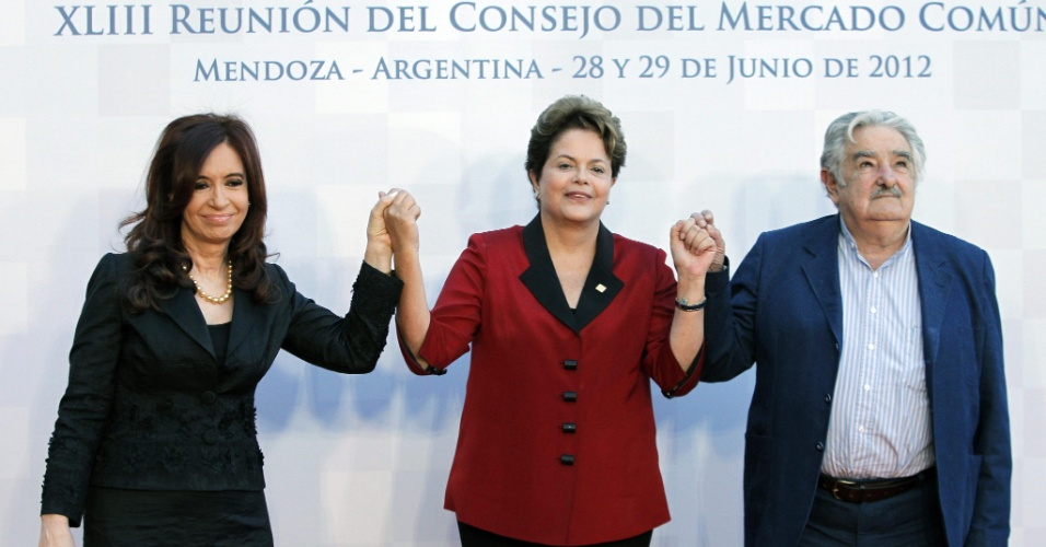 29.jun.2012 - A presidente Dilma Rousseff, a presidente da Argentina, Cristina Kirchner, e o presidente do Uruguai, Jos&#233; Mujica, posam para foto antes do in&#237;cio da reuni&#227;o de c&#250;pula do Mercosul, na cidade de Mendoza, na Argentina. O encontro desta sexta-feira dever&#225; definir os termos da suspens&#227;o do Paraguai do Mercosul, determinada pelo bloco sul-americano ap&#243;s a deposi&#231;&#227;o do presidente paraguaio Fernando Lugo 