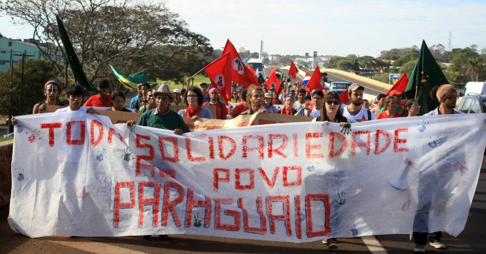 29.jun.2012 - Brasileiros e paraguaios bloquearam a Ponte da Amizade, que une Foz do Igua&#231;u &#224; cidade paraguaia de Cidade do Leste, para protestar contra o impeachment que tirou Fernando Lugo da presid&#234;ncia do Paraguai