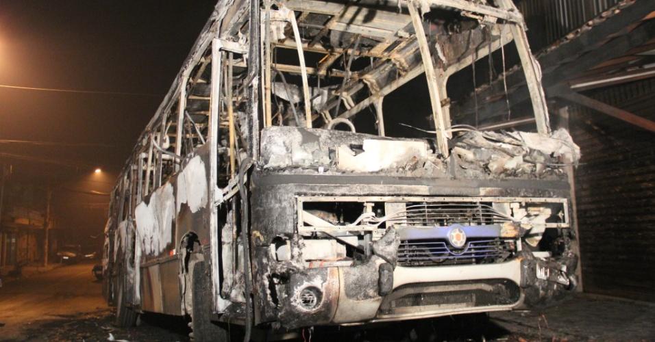 29.jun.2012 - Ônibus incendiado por criminosos no bairro Jardim Ângela, na zona sul da capital paulista