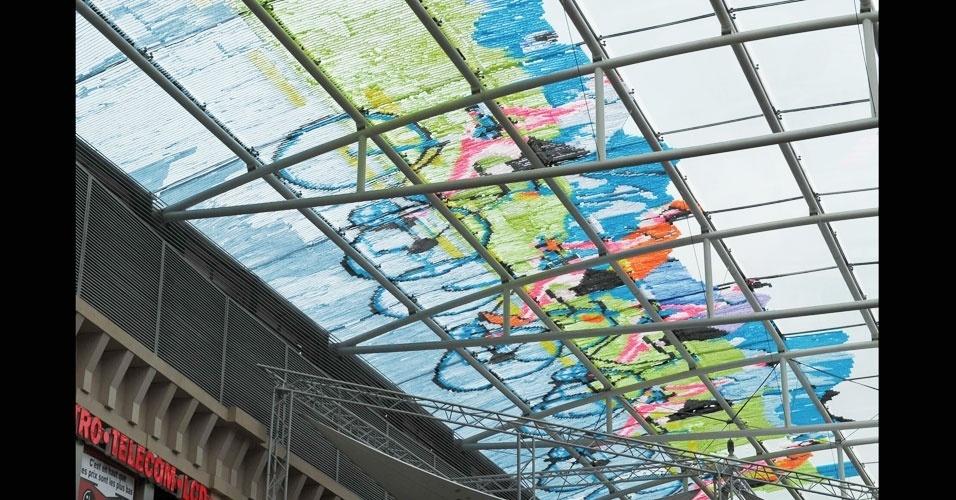 29.jun.2012 - Parte de uma arte composta por 450.000 post-its coloridos formam a imagem de ciclistas no teto do shopping Les Galeries Saint Lambert, em Liege, na Bélgica. O trabalho bateu o recorde anterior de uma imagem feita com 150.000 post-its