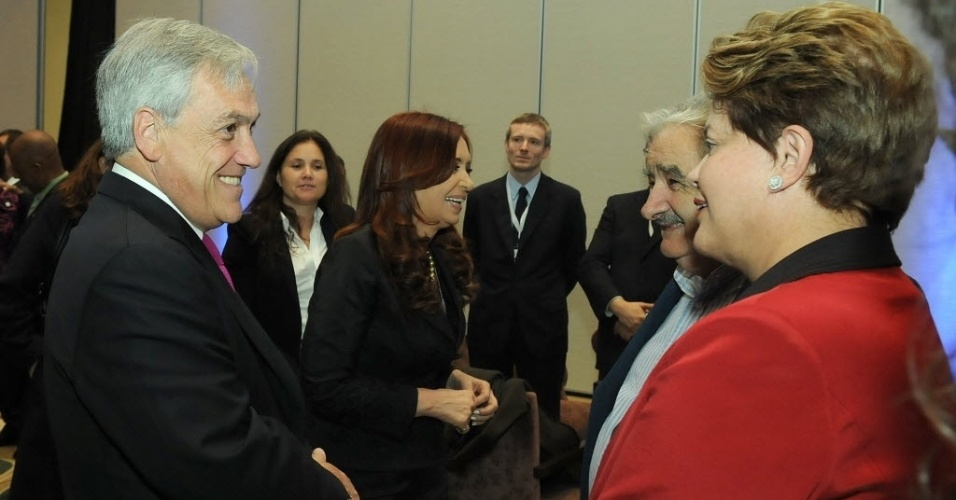 29.jun.2012- Presidente do Chile, Sebastián Piñera, conversa com a presidente do Brasil, Dilma Rousseff