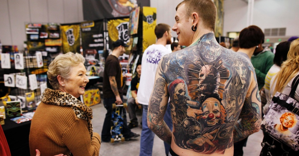 2.mar.2012 - David Billings mostra sua tatuagem que representa os nove integrantes de sua banda favorita, durante um festival de tatuagem na Virg&#237;nia (EUA)