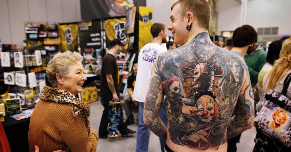 2.mar.2012 - David Billings mostra sua tatuagem que representa os nove integrantes de sua banda favorita, durante um festival de tatuagem na Virgínia (EUA)