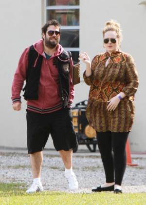 Adele (à direita) com o noivo Simon durante passeio no Everglades National Park em Miami (4/1/12)