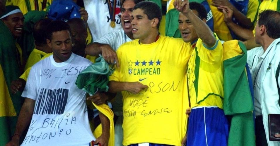 Ao lado de Júnior e de Cafu no pódio de campeão, Ricardinho veste camiseta com a frase