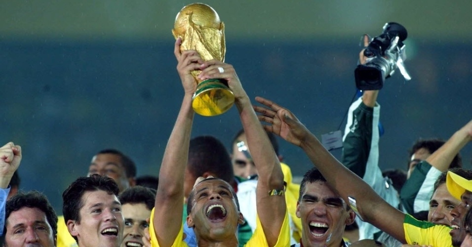 Ao lado dos companheiros de seleção, Rivaldo levanta a taça da Copa do Mundo