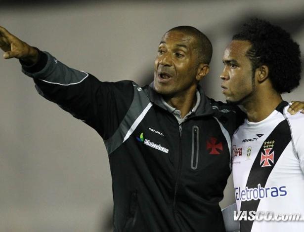 Carlos Alberto ouve instruções do técnico Cristóvão Borges antes de entrar em campo