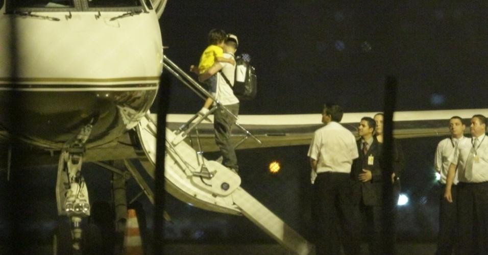 Casper Smart, namorado de Jennifer Lopez, desembarca no aeroporto de Fortaleza, Ceará, onde a cantora apresentará o show