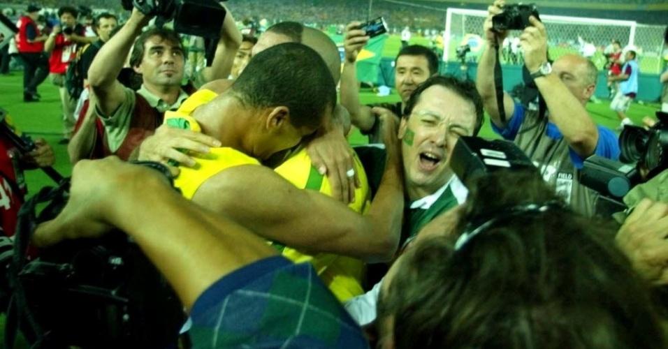 Chorando, Ronaldo e Rivaldo se abraçam após a conquista do penta