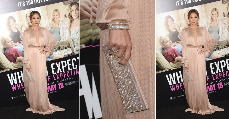 Com look mais comportado do que o habitual, Jennifer Lopez usou um vestido nude Maria Lucia Hohan, solto no corpo e de mangas longas para ir a uma première. O brilho que a cantora não abre mão apareceu em todos os seus acessórios