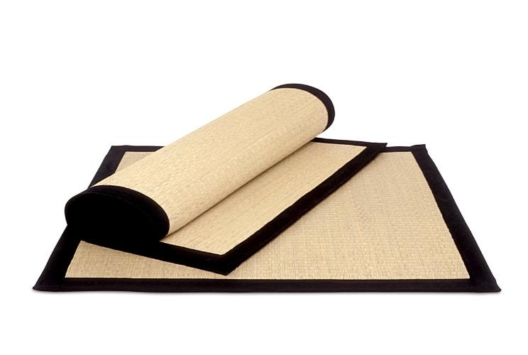Da Futon Company (www.futon-company.com.br), o tapete (90 x 90 cm) é fabricado com esteira de juncos de arroz tecidos no tear manual, com fundo antiderrapante e bordas em sarja preta. Por R$ 119,50. Preços pesquisados em junho de 2012 e sujeitos a alterações