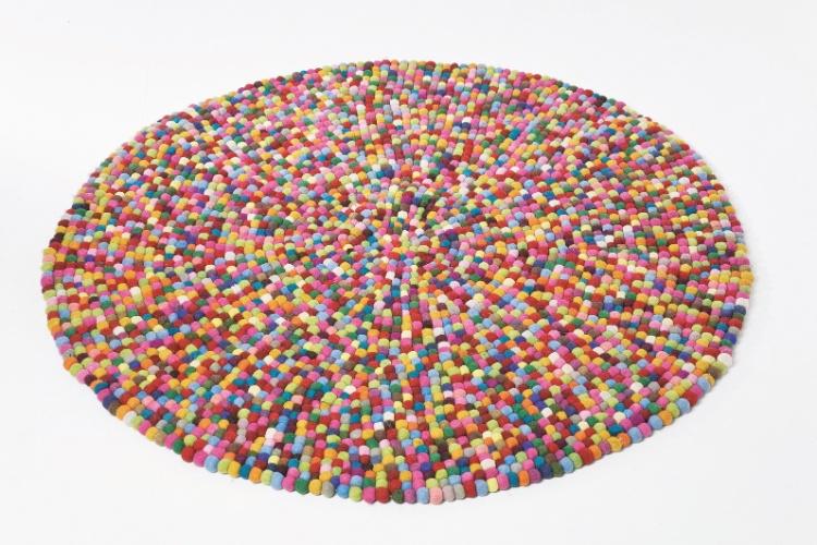 Da marca alemã Kare (www.kare-saopaulo.com.br), o tapete Bobble Circle 140 (1,4 x 1,4 m) é produzido em lã. Quanto? R$ 3.740. Preços pesquisados em junho de 2012 e sujeitos a alterações