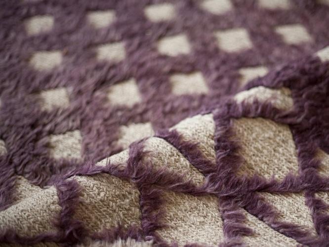 Importado do Paquistão, o tapete Bigamy é feito de lã e pode ser comprado na Phenicia Concept (www.phenicia.com.br) por R$ 2.380 o m². Preços pesquisados em junho de 2012 e sujeitos a alterações