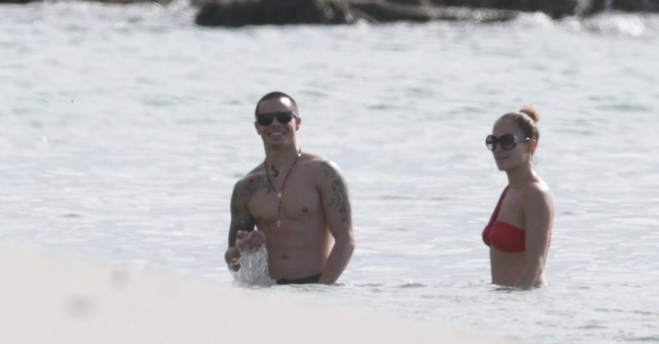 Jennifer Lopez curtiu praia em Fortaleza, nesta sexta (29/6/12). A cantora estava acompanhada do namorado, Casper Smart