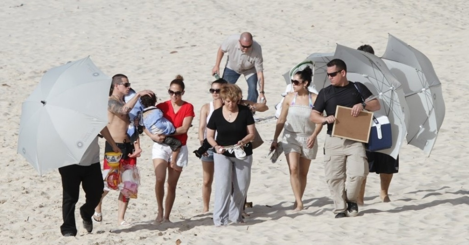 Jennifer Lopez deixou praia em Fortaleza acompanhada de sua equipe (26/6/12)