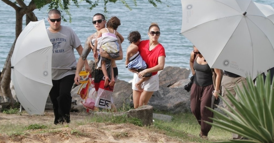 Jennifer Lopez deixou praia em Fortaleza acompanhada do namorado, Casper Smart, e dos filhos, Max e Emme (26/6/12)