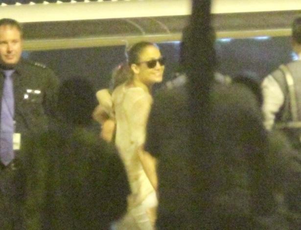 Jennifer Lopez e a família desembarcaram no aeroporto de Fortaleza, onde ela fará show (29/6/12)
