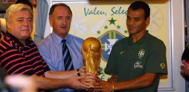 Ex-presidente da CBF, Ricardo Teixeira, Felipão e Cafu mostram a taça do penta em 2002