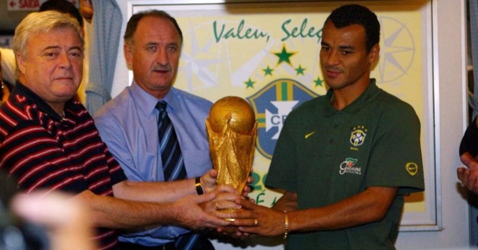 Momentos antes do desembarque em Brasília (DF), o então presidente da CBF, Ricardo Teixeira, o técnico Luiz Felipe Scolari e o capitão Cafú posaram com a taça da Copa do Mundo de 2002