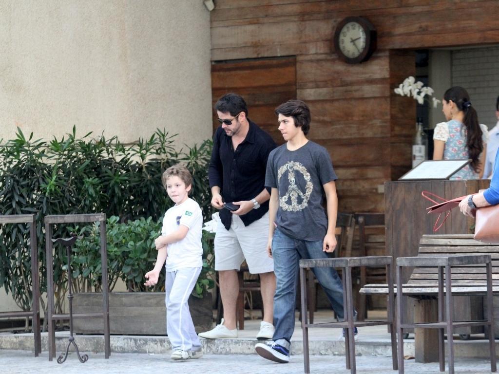 Murilo Benício almoçou com os filhos Pietro (de camisa branca) e Antônio (de camisa cinza) em um restaurante da zona sul do Rio (29/6/12)