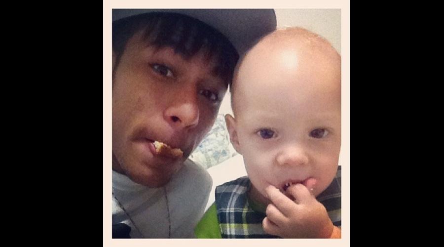 Neymar divulgou uma imagem ao lado do filho, Davi Lucca, enquanto ambos comiam biscoito (29/6/12)