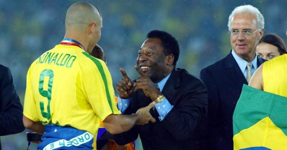 No gramado do Yokohama International Stadium, Pelé comemora com Ronaldo a conquista do pentacampeonato