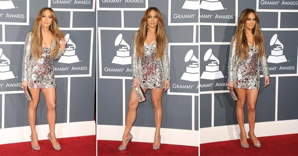 O brilho está presente na maioria dos looks de noite de Jennifer Lopez. Para ir ao Grammy, a cantora usou um vestido brilhante todo bordado Emilio Pucci. As pernas de foram deram destaque para o sapato com