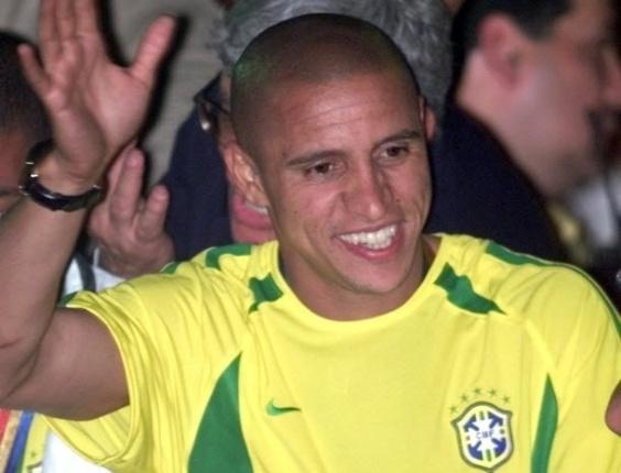 o jogador Roberto Carlos comemora a conquista do penta com a Taça da Copa do Mundo durante homenagem à seleção brasileira.