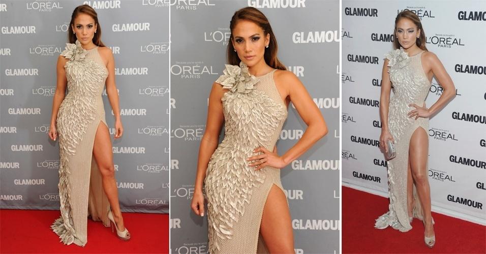 Para ir ao Glamour's 2011 Women Of The Year Awards, a cantora Jennifer Lopez usou todas as características que definem seu estilo em apenas um look. As pernas foram mostradas através da fenda profunda do vestido Atelier Versace, que tinha bastante brilho e textura. Nos pés, ela apostou num peep toe Jimmy Choo