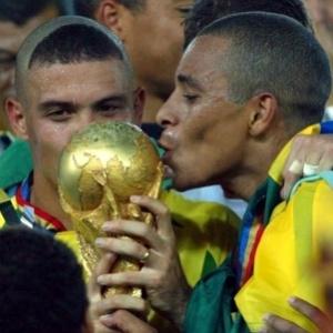 Ronaldo e Gilberto Silva beijam a taça do pentacampeonato brasileiro