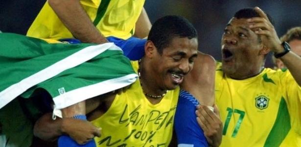 Ronaldo sobe nos ombros de Vampeta para celebrar a conquista da Copa de 2002