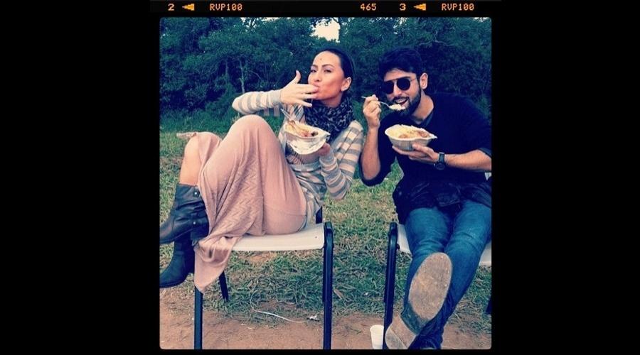Sabrina Sato divulgou uma imagem onde aparece almoçando ao lado de um amigo (29/6/12)