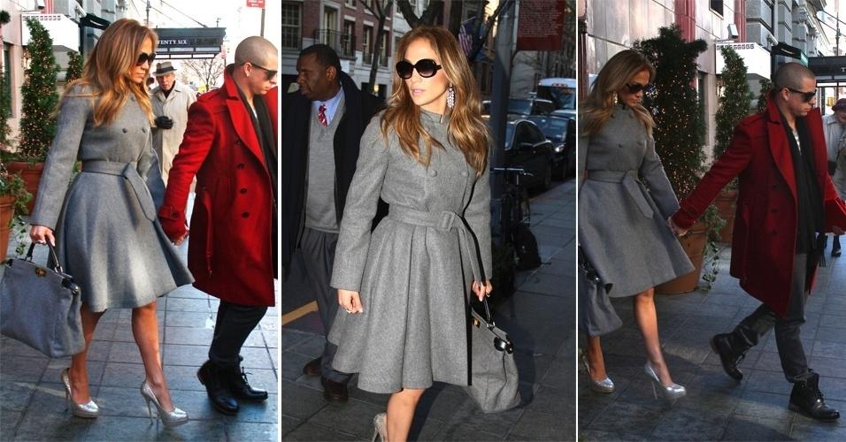 Sem mostrar o corpo no dia a dia, Jennifer Lopez foi vista passeando por Nova York com um trench coat cinza clássico, que deixava o destaque do look para os sapatos