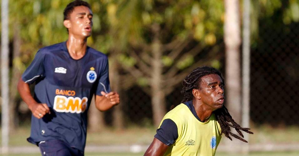 Tinga (de colete) durante treino do Cruzeiro, na Toca da Raposa II