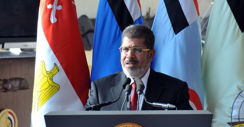 30.jun.2012 - Mohamed Mursi discursa durante a cerim&#244;nia em base militar do Cairo, onde ele foi homenageado pelas For&#231;as Armadas, no dia da posse