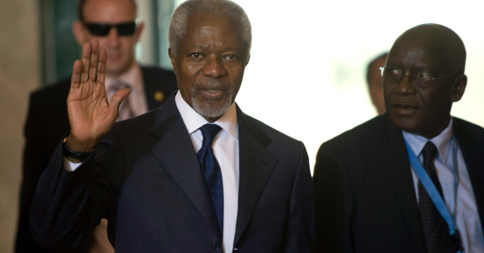 30.jun.2012 - O mediador internacional Kofi Annan acena em sua chegada &#224; reuni&#227;o do Grupo de A&#231;&#227;o para a S&#237;ria em Genebra, na Su&#237;&#231;a