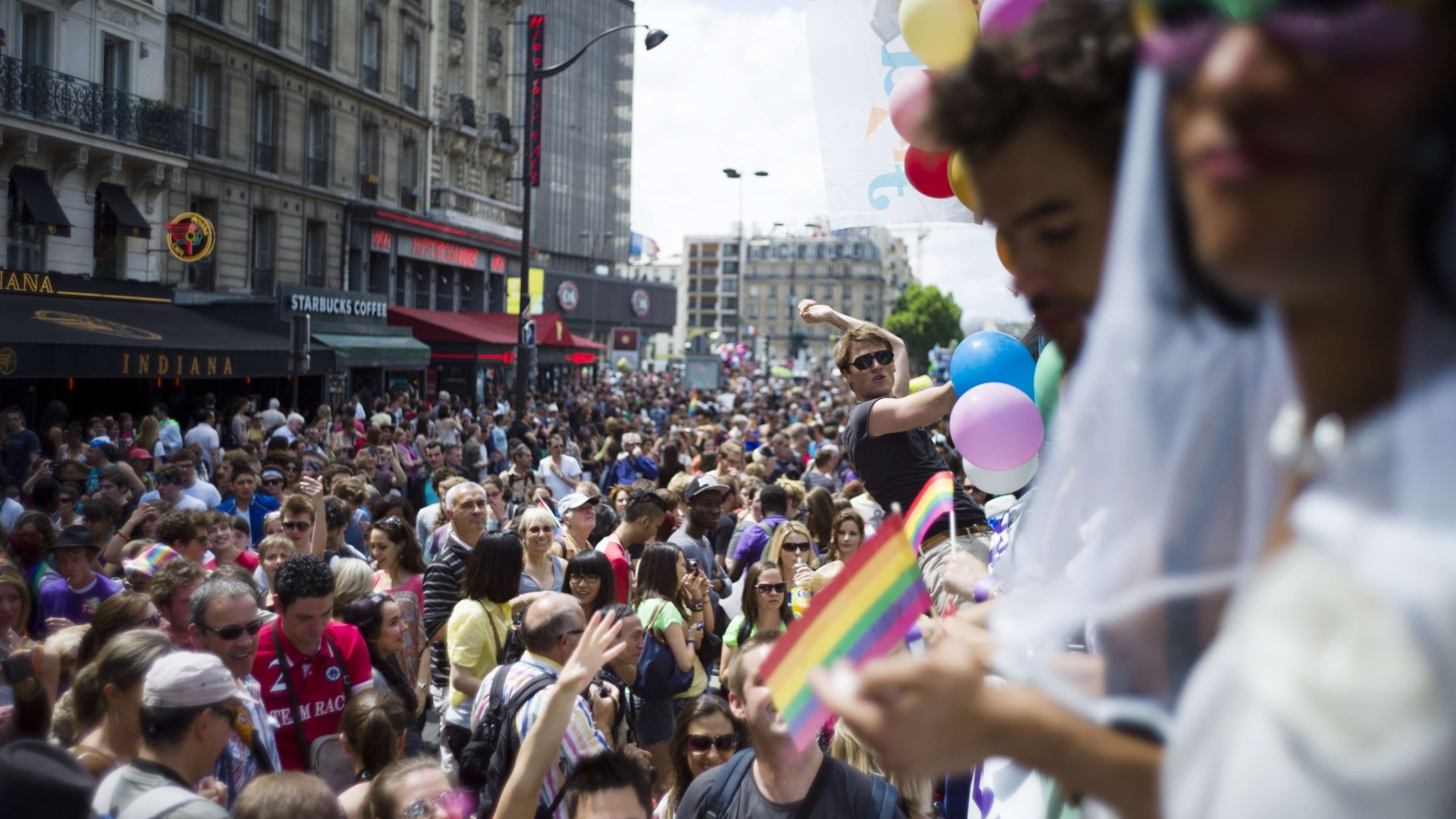 30.jun.2012 - Pessoas participam da marcha anual do Orgulho Gay em Paris (Frana)