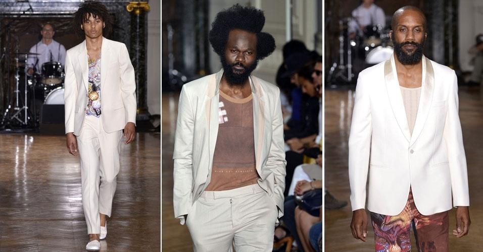 A grife Maison Martin Margiela aposta em costumes e blazers claros vestidos sobre camisetas para o Verão 2013. Para complementar os visuais desfilados na passarela de Paris, modelos exibiram sapatos leves usados sem meia (30/6/2012)