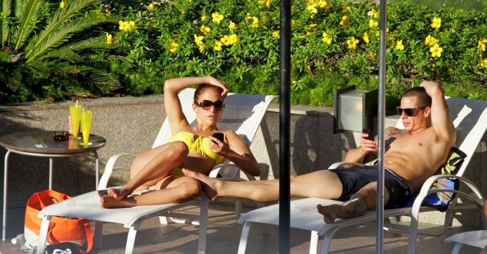 Antes do show, a cantora Jennifer Lopez pega sol em piscina de hotel com namorado em Fortaleza, no Cear&#225; (30/6/12)