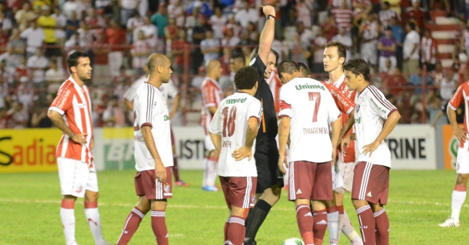 &#193;rbitro da partida entre Fluminense e N&#225;utico exibe cart&#227;o amarelo 