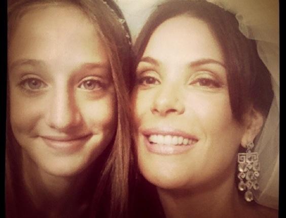 Atriz Carolina Ferraz posta em seu Twitter foto de noiva ao lado da atriz Bruna Griphao, que vive sua filha em Avenida Brasil. (30/6/2012)