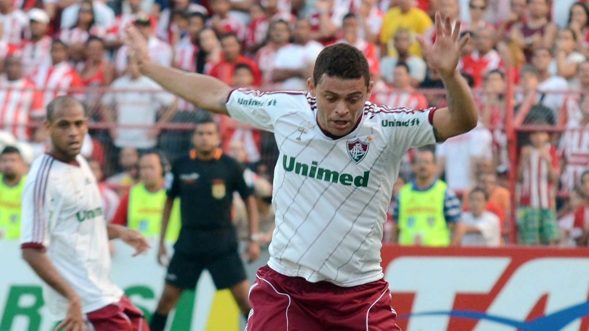 Edinho tenta roubar a bola de jogador do Náutico durante vitória do Fluminense, neste sábado