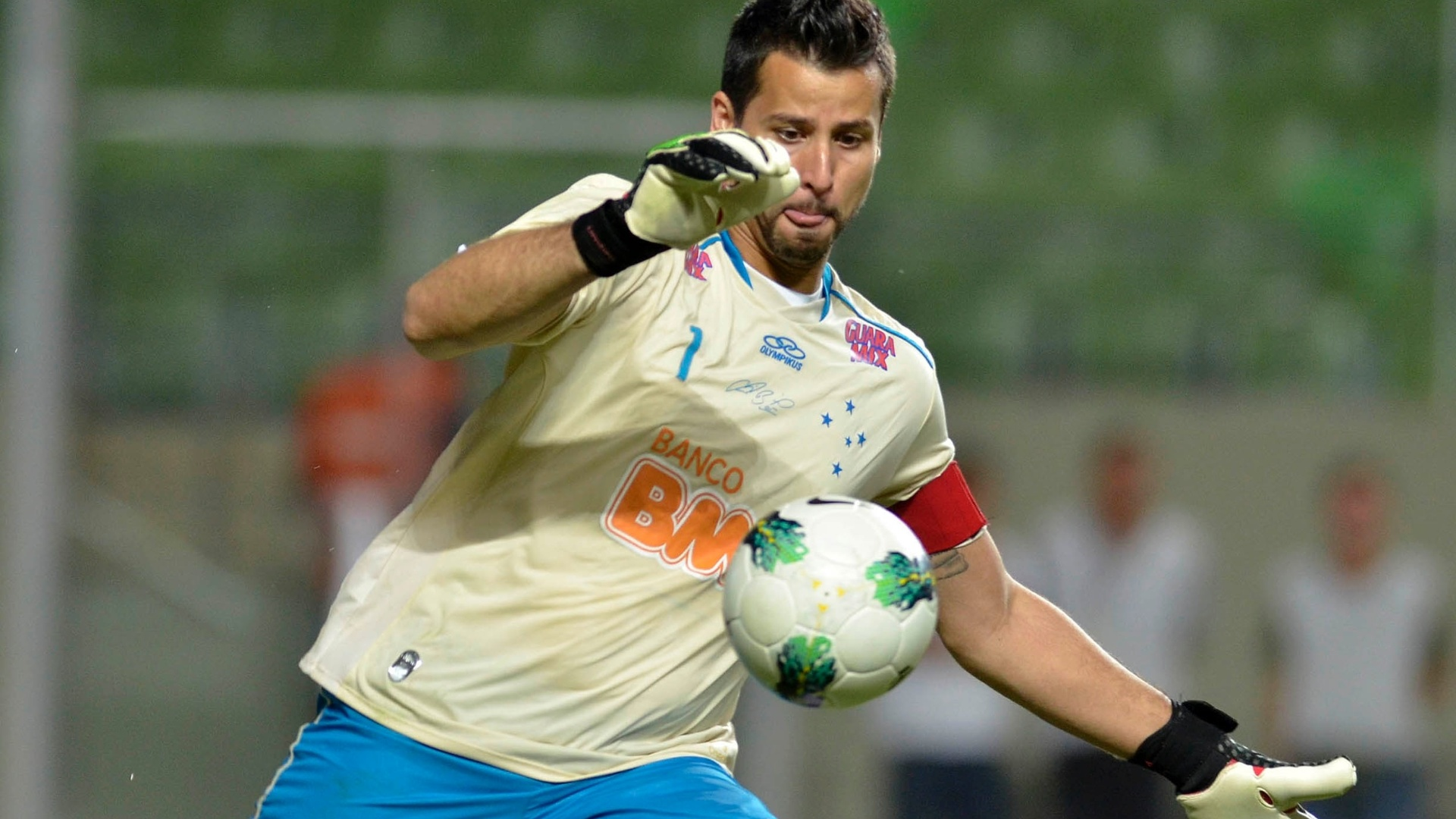 Goleiro Fbio repe a bola em jogo durante partida entre So Paulo e Cruzeiro, pelo Brasileiro