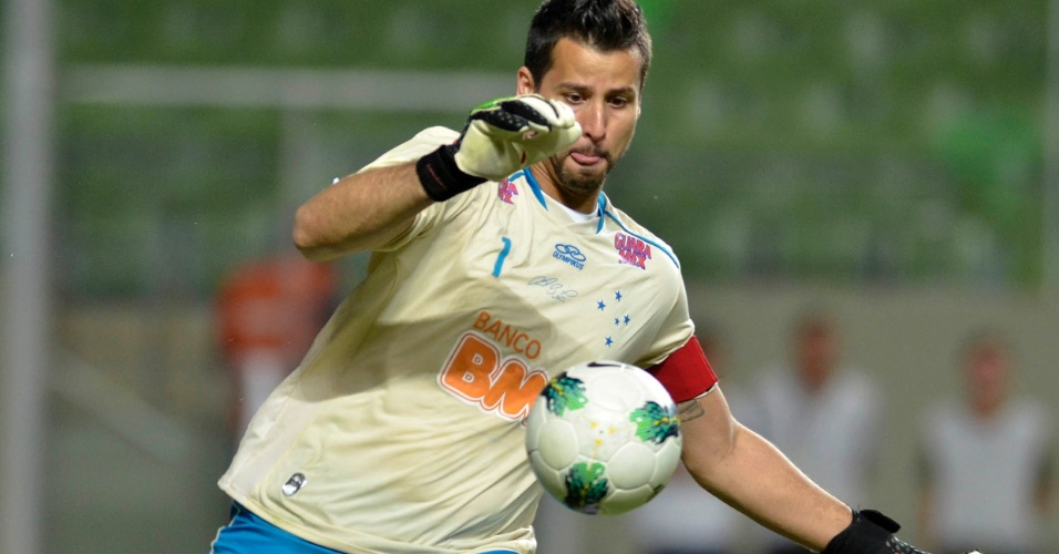 Goleiro F&#225;bio rep&#245;e a bola em jogo durante partida entre S&#227;o Paulo e Cruzeiro, pelo Brasileir&#227;o