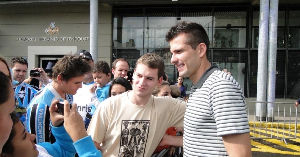 Goleiro Victor se despede do Grêmio concedendo autógrafos para os torcedores (30/06/2012)