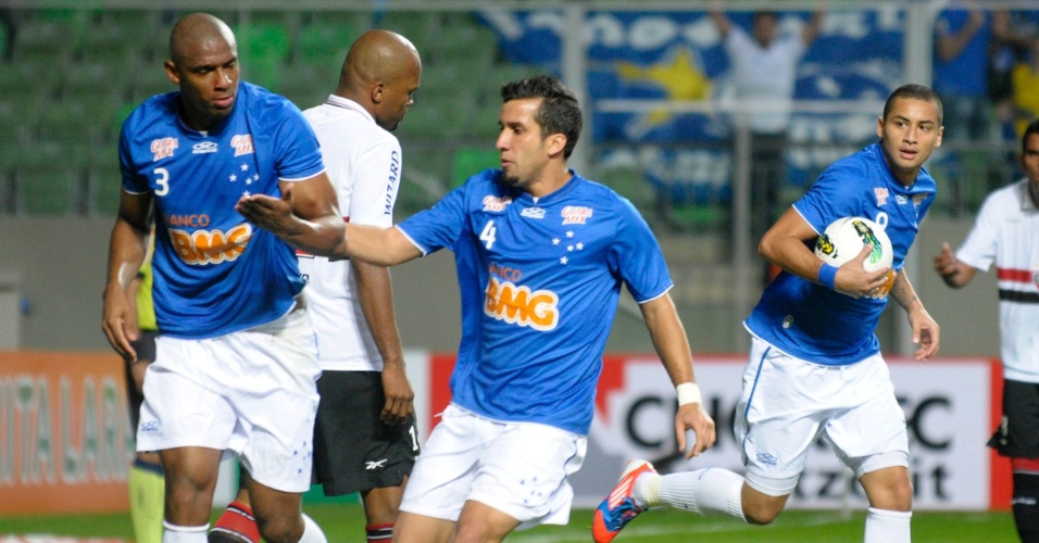Jogadores do Cruzeiro anotam gol contra o S&#227;o Paulo e correm para repor a bola no meio de campo