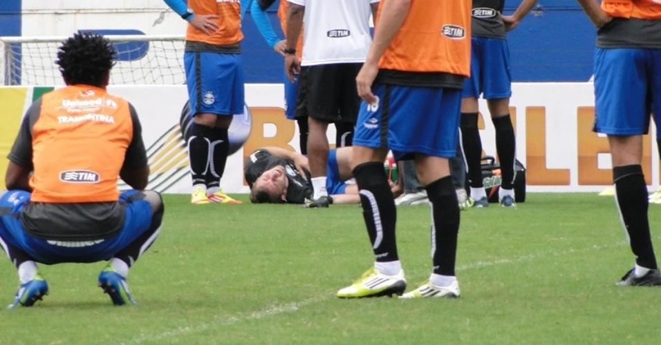 30.jun.2012 - Lateral Fabio Aurélio sofre lesão no treino do Grêmio; contusão o tirou de toda a temporada