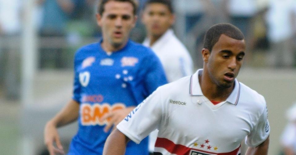 Lucas, do São Paulo, conduz a bola em partida contra o Cruzeiro, pelo Brasileirão