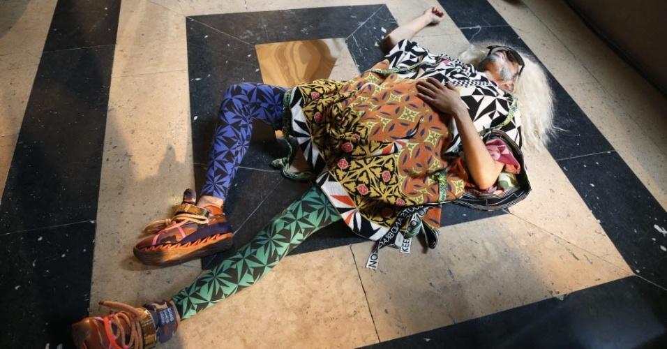 O alemão Bernhard Willhelm preferiu modelos estirados no chão para apresentar sua coleção para o Verão 2013