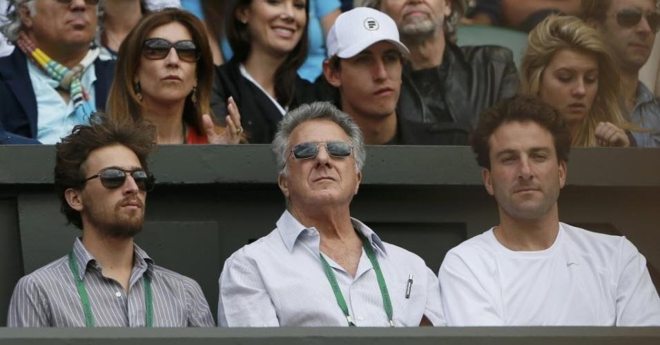 O ator Dustin Hoffman (centro) assiste ao duelo entre Serena Williams e Jie Zheng em Wimbledon